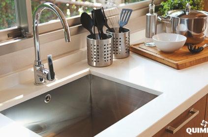 4 passos para limpar uma pia de cozinha